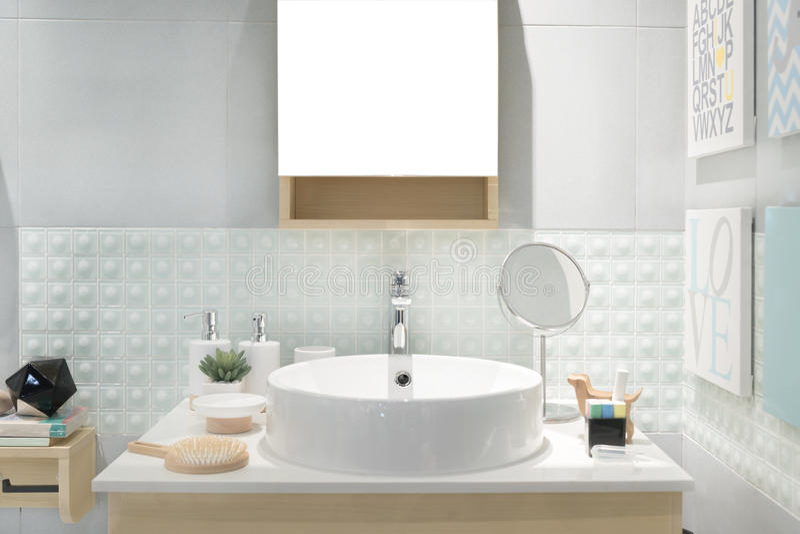卫生间内部有水槽水池龙头和镜子的 现代d 免版税库存照片