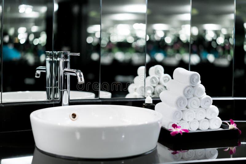 卫生间内部有水盆龙头和白色毛巾的在ho 免版税库存照片