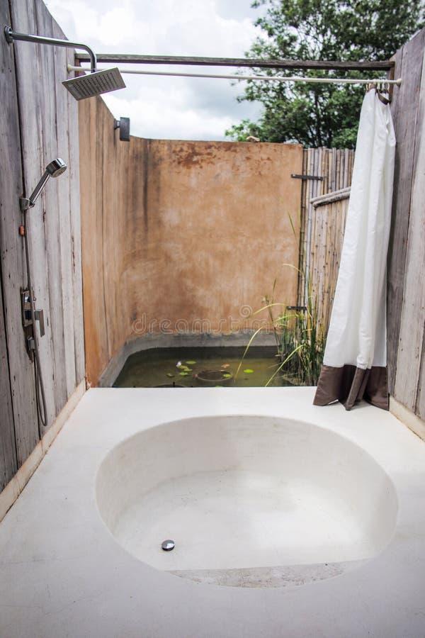 卫生间和室外浴缸 免版税库存照片