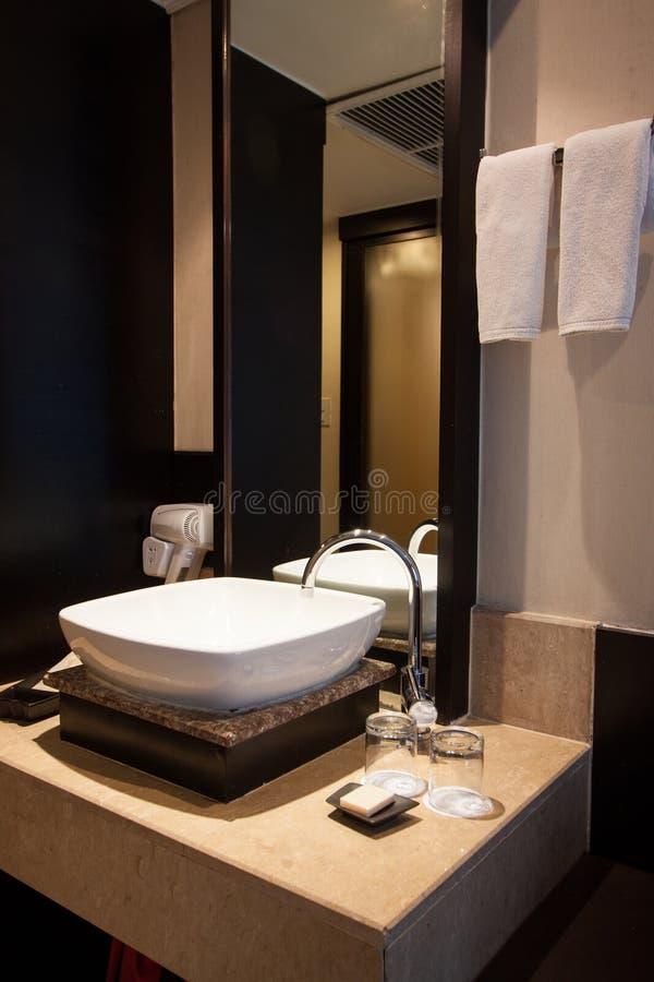 卫生间在卧室 现代房子卫生间内部 库存照片