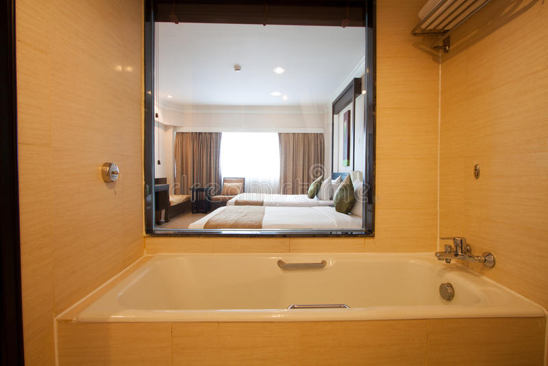 卫生间在卧室 现代房子卫生间内部 图库摄影