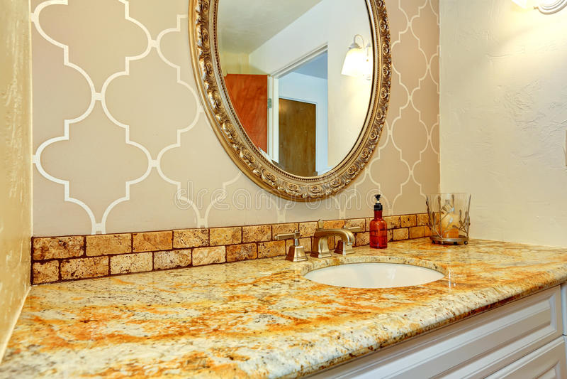 卫生间有花岗岩上面的虚荣内阁在豪华卫生间里 免版税库存图片