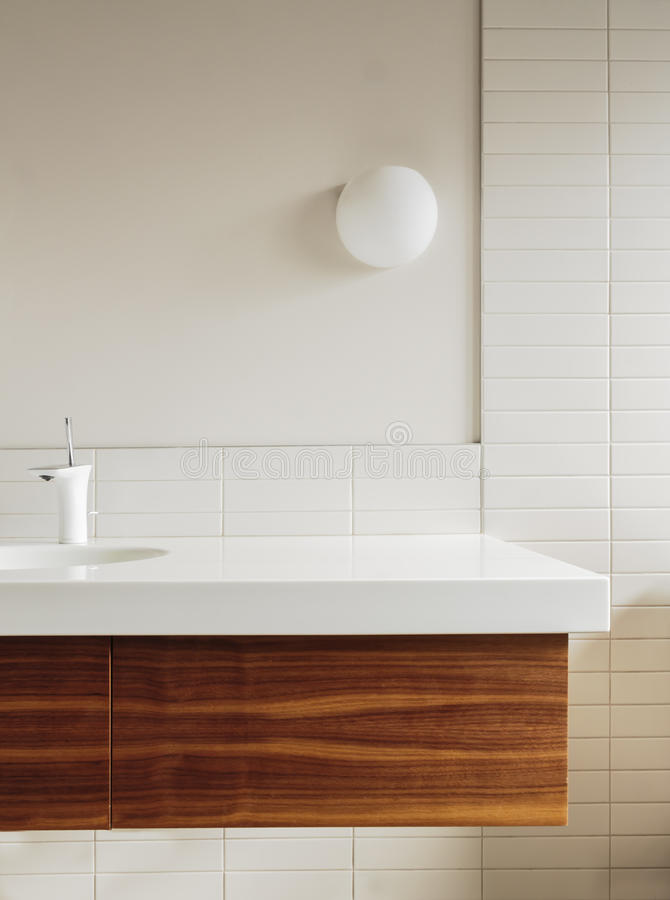 卫生间柜台和瓦片细节在现代家 免版税图库摄影