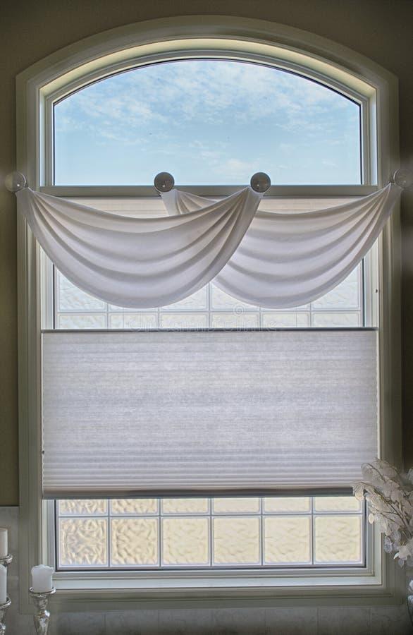 卫生间窗口和挂布 免版税库存照片