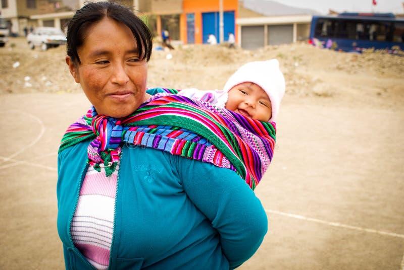 印加人母亲和她的婴孩 免版税库存图片