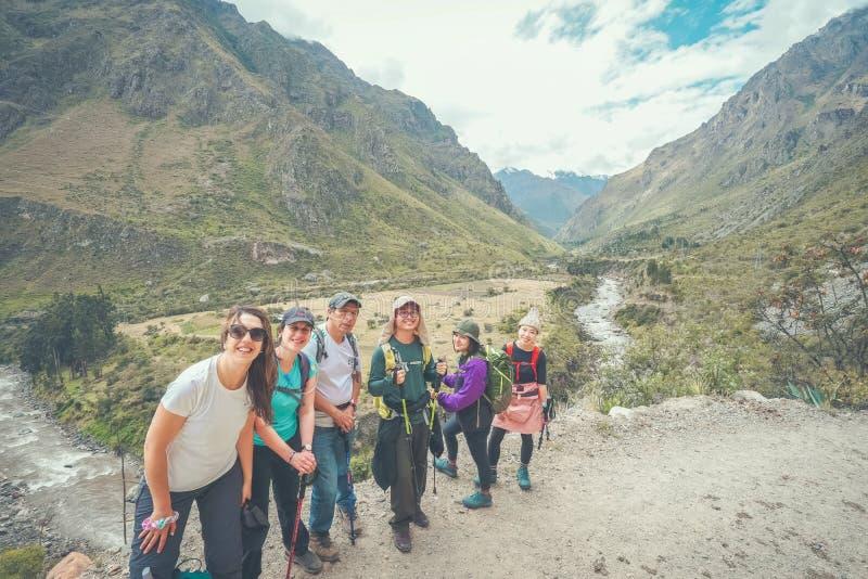 印加人足迹,秘鲁:2018年8月11日:一个小组徒步旅行者是在著名印加人足迹的照相 他们将需要走4天 库存图片