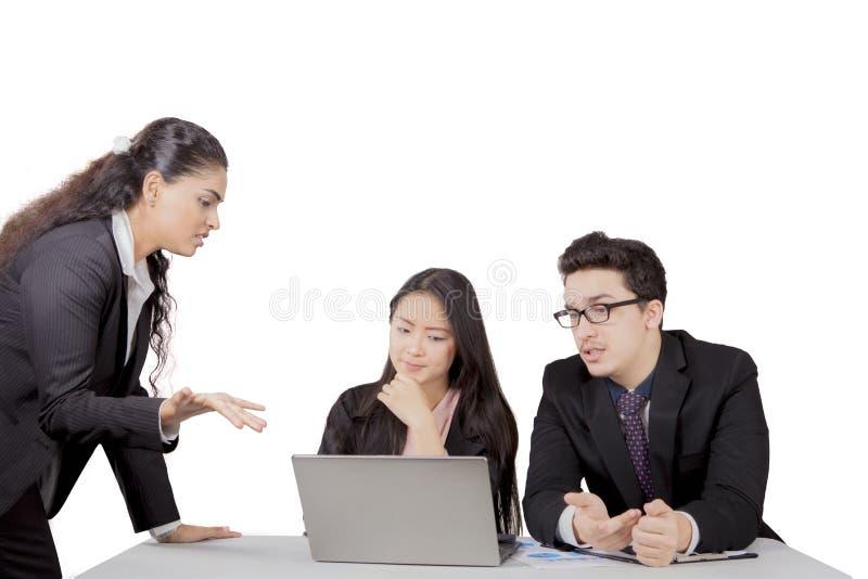 印地安业务经理与她的职员谈话 库存图片