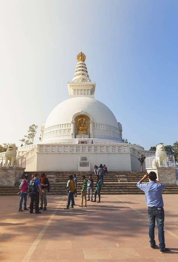 印地安人、foreygners和shanti-stupa在王舍城 图库摄影