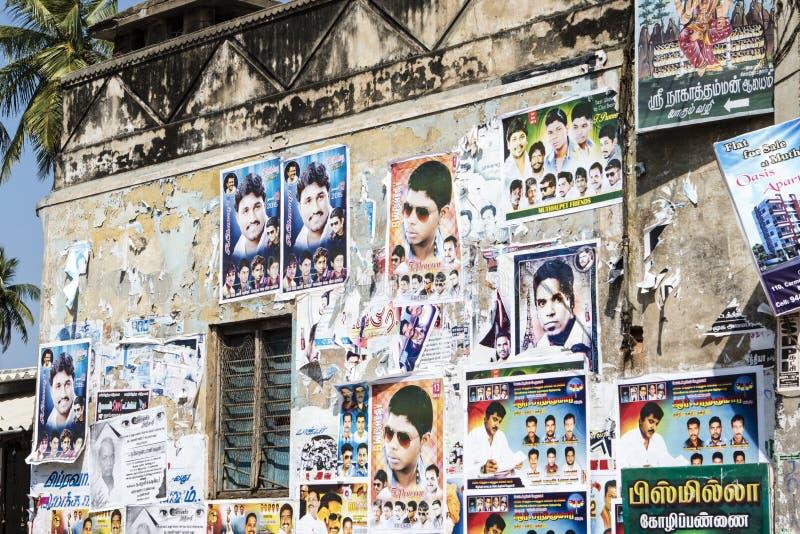 印地安人宝莱坞在墙壁上的电影海报在本地治里市在泰米尔纳德邦,南IndiaPONDICHERRY Tamil Nadu 免版税库存图片