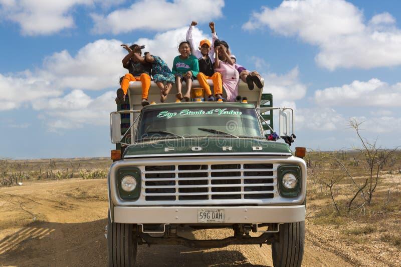 印地安人旅行在La瓜希拉省,哥伦比亚的一辆卡车的Wayuu 库存照片