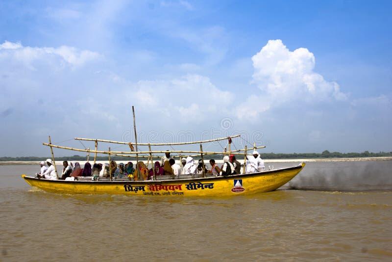 印地安人民采取在恒河的小船乘驾 库存照片