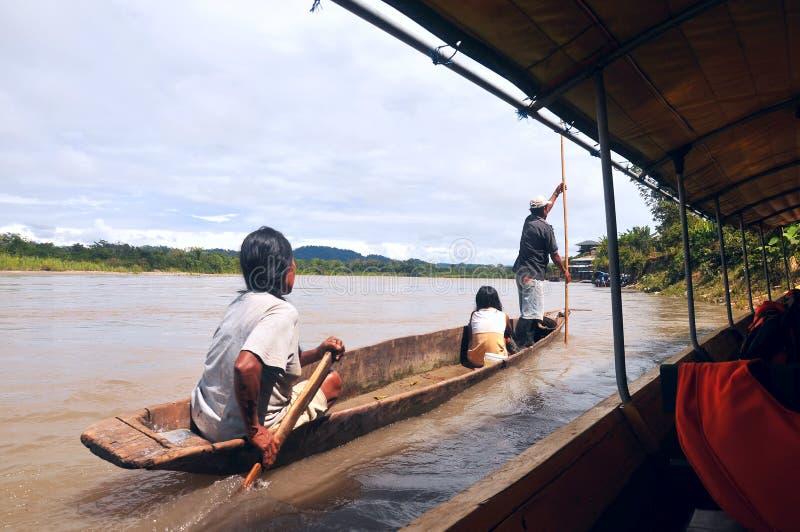 印地安人追上旅游独木舟,里约那坡 库存图片