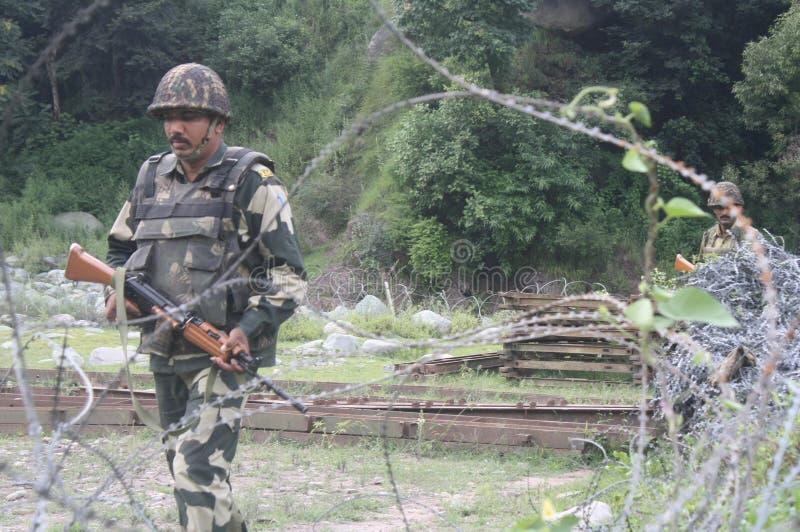 印地安军队士兵巡逻在军队停机坪靠近控制地点线靠近Poonch 库存照片