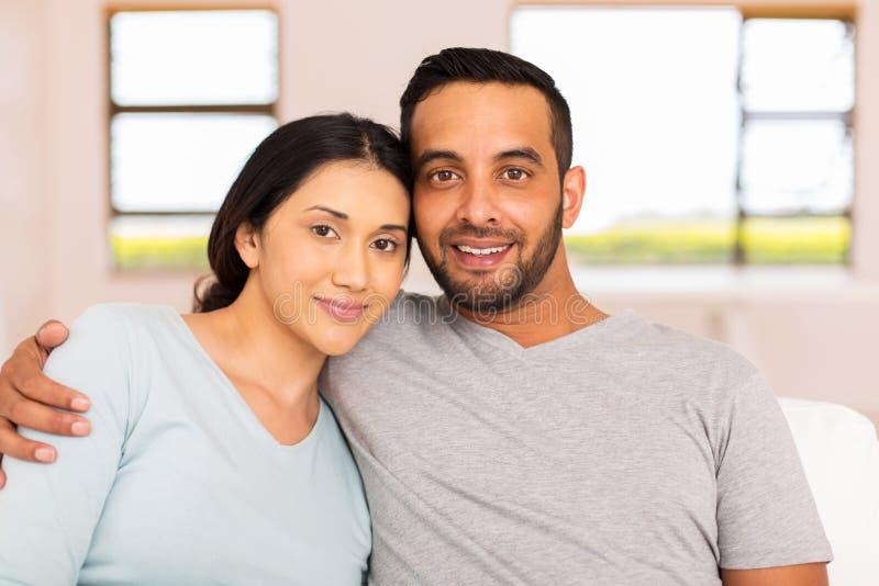 年轻印地安夫妇放松 免版税库存照片