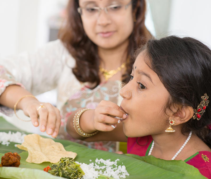 印地安女孩吃 图库摄影