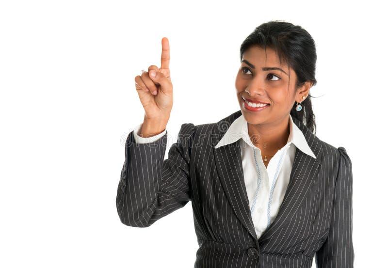 印地安女实业家手指感人的真正透明屏幕 免版税库存照片