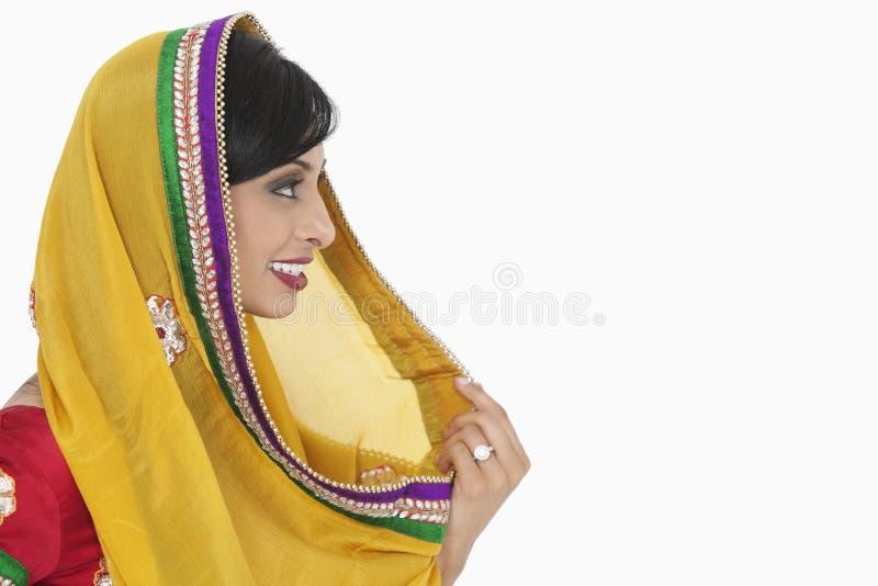 印地安女性举行的dupatta侧视图在白色背景的 免版税库存照片