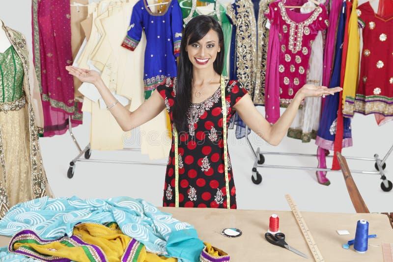 印地安女性裁缝画象有手势的在设计演播室 库存图片