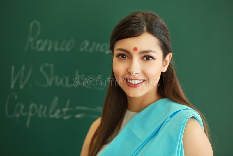 印地安女老师画象背景的 免版税图库摄影