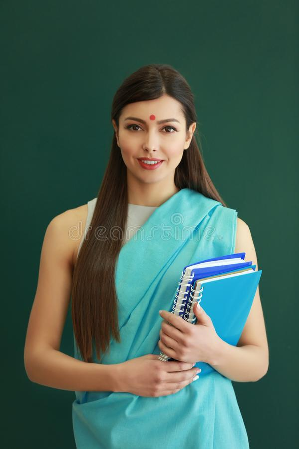 印地安女老师画象背景的 免版税库存图片