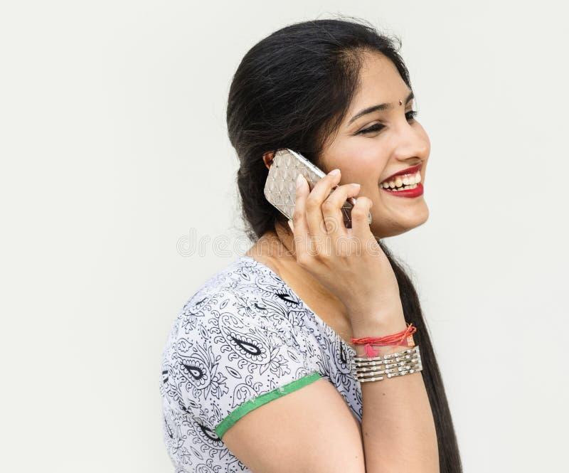 印地安妇女在电话谈话 库存图片