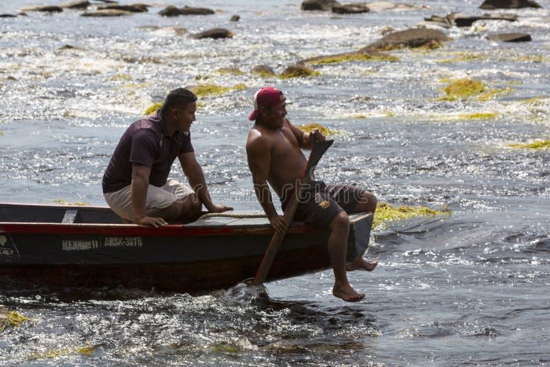 印地安委内瑞拉指南在独木舟, Canaima,委内瑞拉的工作 免版税图库摄影