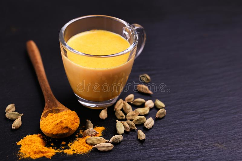 印地安姜黄牛奶用番红花、豆蔻果实和姜黄 Copysp 库存照片