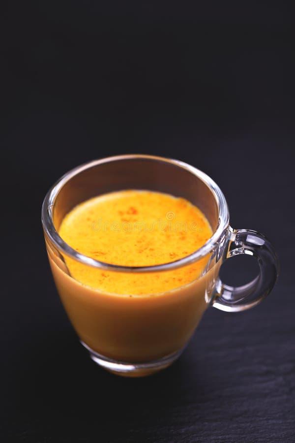 印地安姜黄牛奶用番红花、豆蔻果实和姜黄 Copysp 免版税库存照片