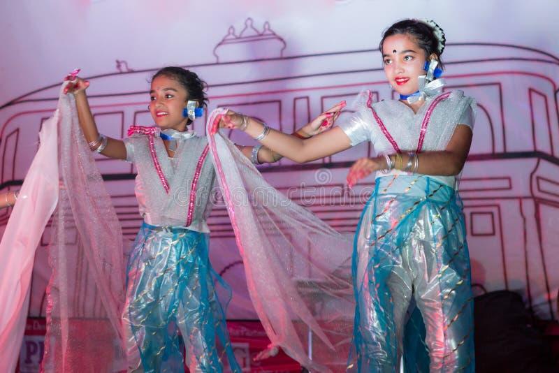 印地安孩子跳舞 库存图片