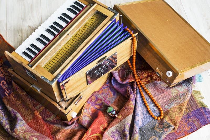 印地安小风琴,一台传统木键盘仪器,特写镜头 免版税库存照片