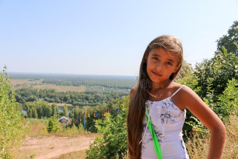 印地安少年女孩夏天画象前面绿色自然的 免版税图库摄影