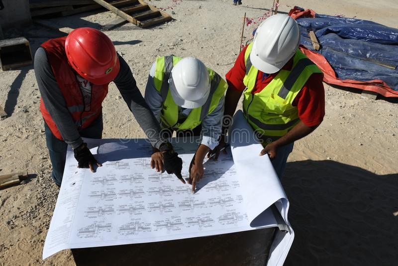 印地安工作者工程师在建造场所工作 免版税库存照片