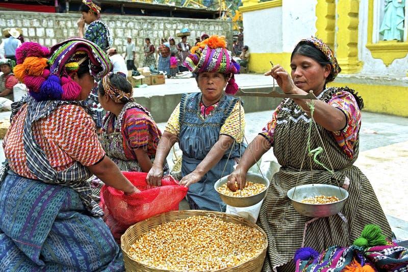 印地安市场妇女卖在市场的玉米 免版税库存图片