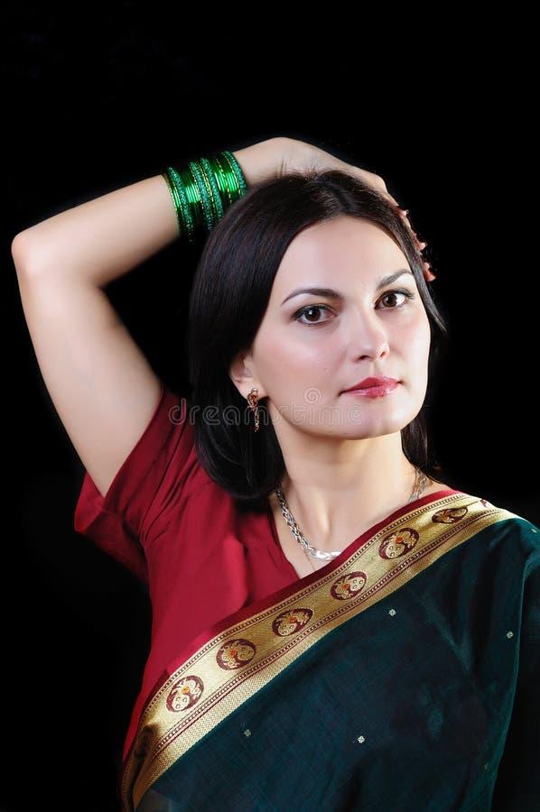 印地安心情 摆在一sar的一个美丽的少妇的画象 库存照片