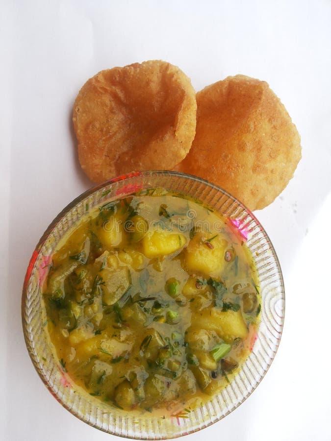 印地安快餐- Aloo在白色背景的puri食谱 免版税库存图片