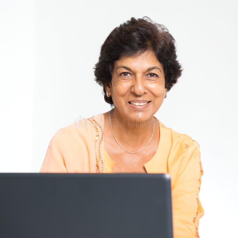 印地安成熟妇女笔记本计算机 免版税库存图片