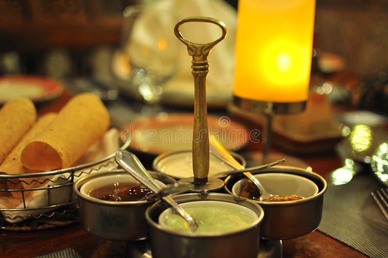 印地安晚餐用roti面包和酸辣调味品 免版税库存照片