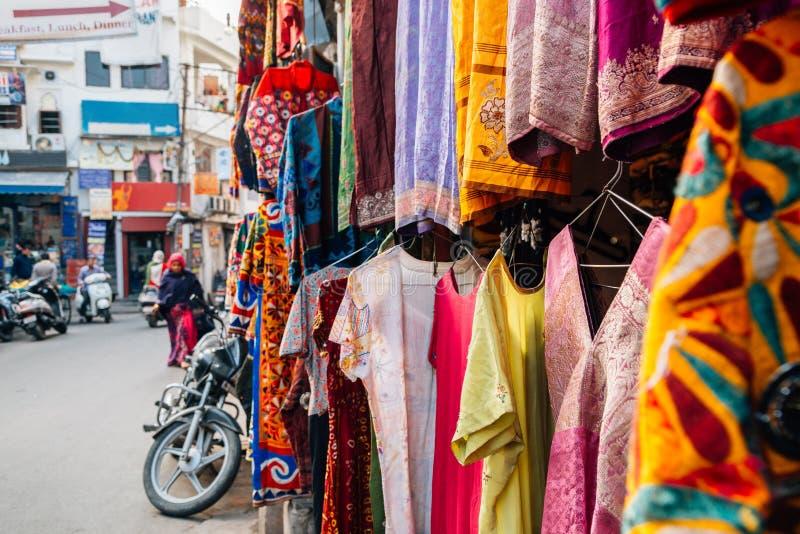 印地安服装店在乌代浦,印度 库存图片