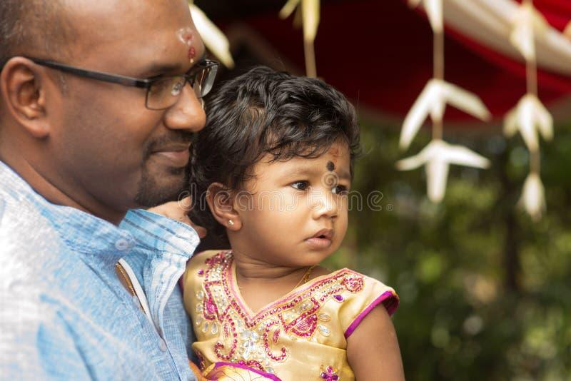 印地安父亲和女儿坦率的射击  免版税库存图片