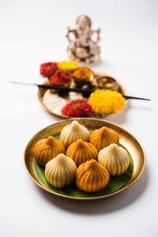 印地安甜食物在ganesh节日或ganesh chaturthi称modak明确地准备 免版税库存照片