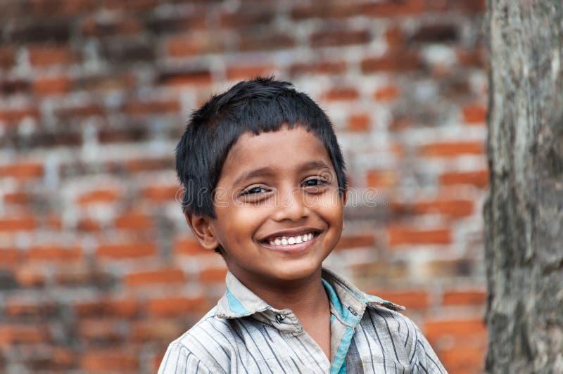 印地安男孩画象在街道上的在渔村 库存图片