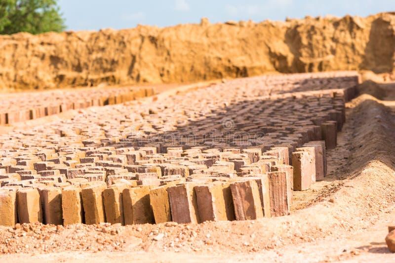 印地安砖的生产 砖烘干, Puttaparthi,安得拉邦,印度 复制文本的空间 免版税库存照片