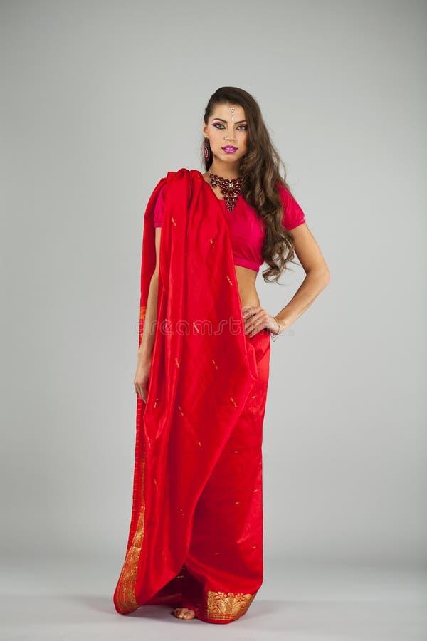 印地安礼服的年轻俏丽的妇女 免版税库存照片