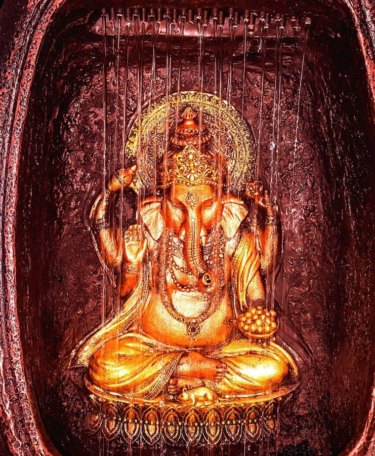 印地安神GANESHA IDOL IN GOLDEN阁下颜色 免版税图库摄影