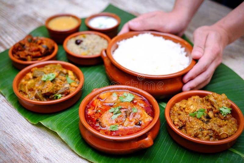 印地安膳食用被炖的猪肉、咖喱和简单的米在香蕉le 库存图片