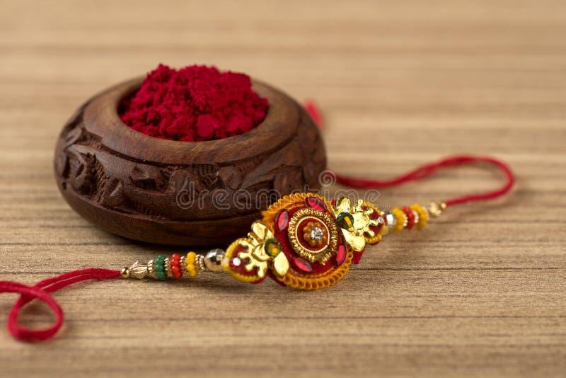 印地安节日:Raksha Bandhan 是爱的标志在兄弟和姐妹之间的传统印地安袖口 图库摄影