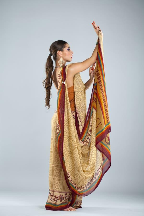 印地安莎丽服的年轻传统亚裔印地安妇女 库存图片