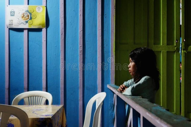 印地安部族女孩在晚上在家 免版税库存照片