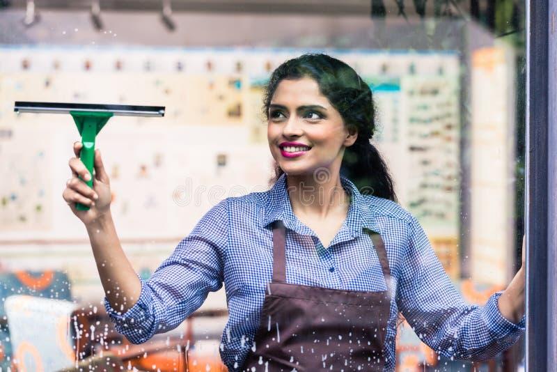 印地安雇员清洁窗口 图库摄影