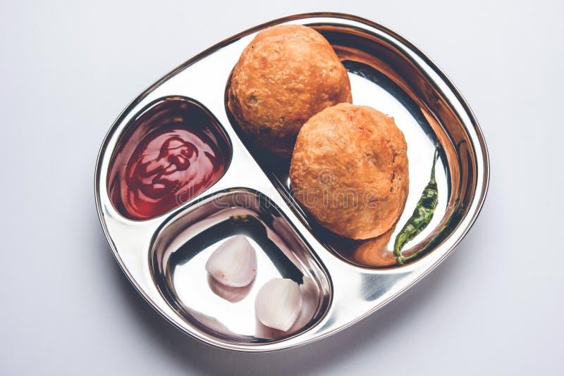 印地安食物快餐Kachori或Kachodi在一块不锈钢板材服务用西红柿酱 图库摄影